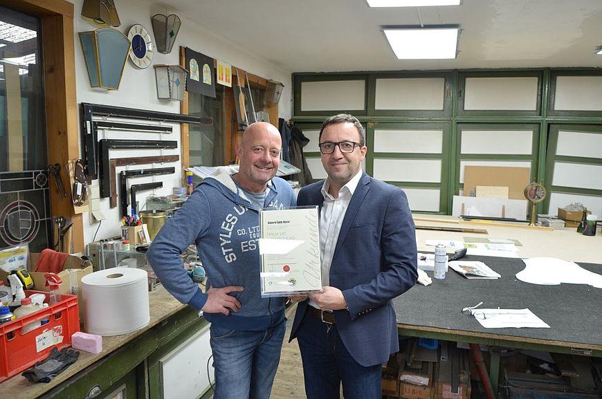 Die Glaserei Guido Holzer aus der Stadt Salzburg wird ausgezeichnet als Firma mit Handschlagqualität