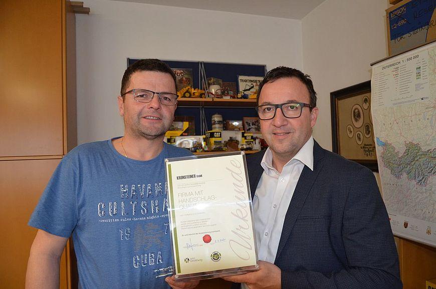Die Firma Kronsteiner GmbH aus Großraming in Oberösterreich wird ausgezeichnet als Firma mit Handschlagqualität