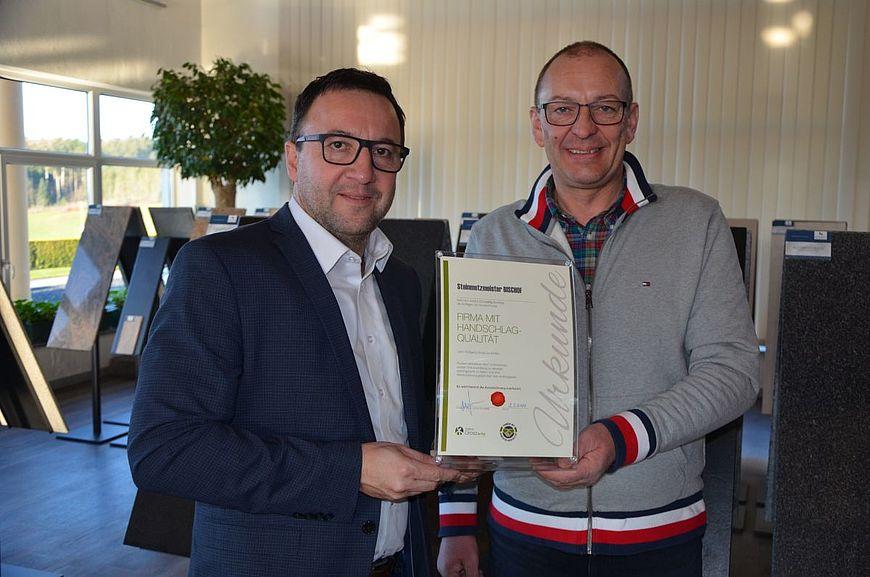 Steinmetzmeister Fritz Bischof wird ausgezeichnet als Firma mit Handschlagqualität