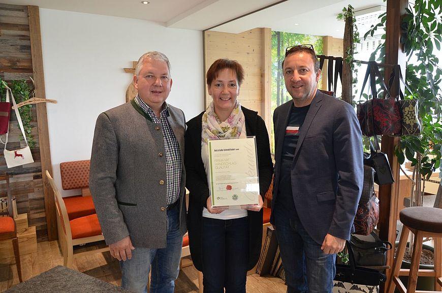 HOLZSTUDIO Schmidthaler GmbH aus Leonstein in Oberösterreich wird ausgezeichnet als Firma mit Handschlagqualität!